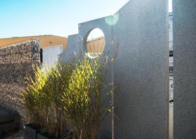 Ausstellungen Außenbereich Gartenzaun Steinwand