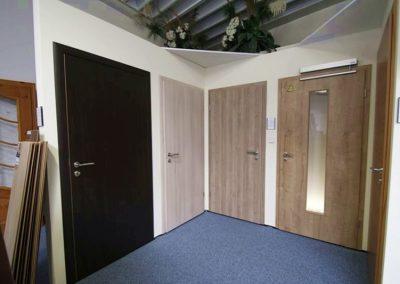 Ausstellungen Innenbereich Mustertüren braun Holzoptik