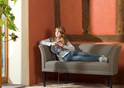 Sofa vor Fachwerk mit Lehm-Edelputz Rot, Laibung Creme