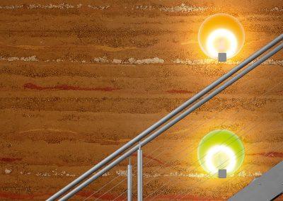 Stampflehmwand mit Treppe